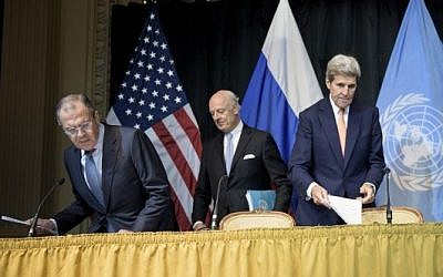 Russian Foreign Minister Sergei Lavrov (left), UN Special Envoy for Syria Staffan de Mistura (center) and US Secretary of State John Kerry arrive for a press conference at the Grand Hotel in Vienna, Austria on October 30, 2015. (AFP PHOTO/POOL/BRENDAN SMIALOWSKI)