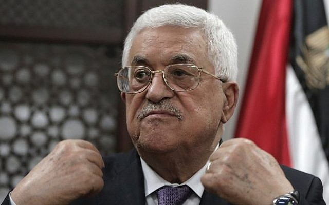 Palestinian Authority President Mahmoud Abbas speaks with journalists at his office in the West Bank city of Ramallah on October 6, 2015. (AFP/Ahmad Gharabli)