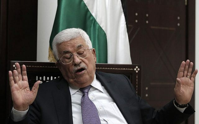 Mahmoud Abbas speaks with journalists at his office in the West Bank city of Ramallah on October 6, 2015. (AFP/AHMAD GHARABLI)