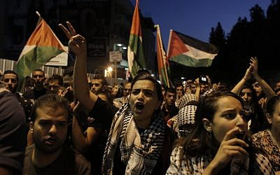 Israeli-Arab protesters shout slogans during a rally in support of the Palestinian people in the northern Israeli city of Nazareth, October 8, 2015. (AFP/AHMAD GHARABLI)