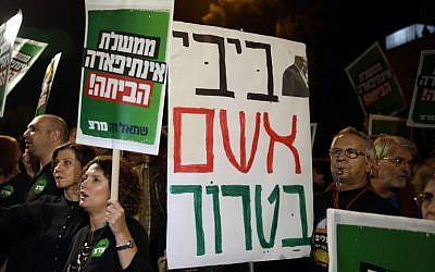 Left-wing activists take part in a protest outside Prime Minister Benjamin Netanyahu's residence in Jerusalem on October 10, 2015, blaming him for the violence and calling on him to resign (AFP PHOTO/GALI TIBBON)