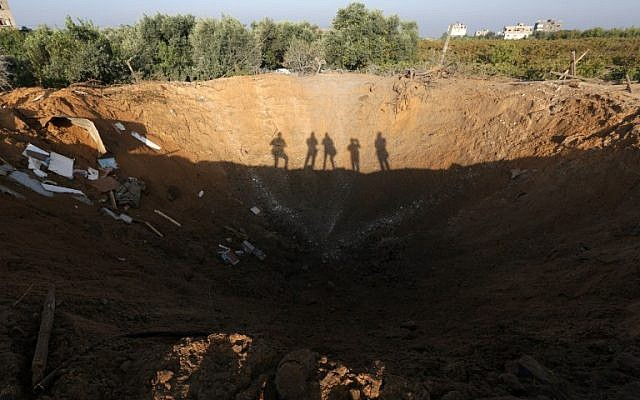 A picture taken on October 11, 2015 in the Zeitun sector south of Gaza City allegedly shows the crater left by an Israeli retaliatory air strike. (AFP/MAHMUD HAMS)