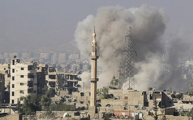 Smoke billowing after reported Syrian regime bombings on rebel positions in Jobar, in eastern Damascus, on October 15, 2015. (AFP/Ammar Suleiman)