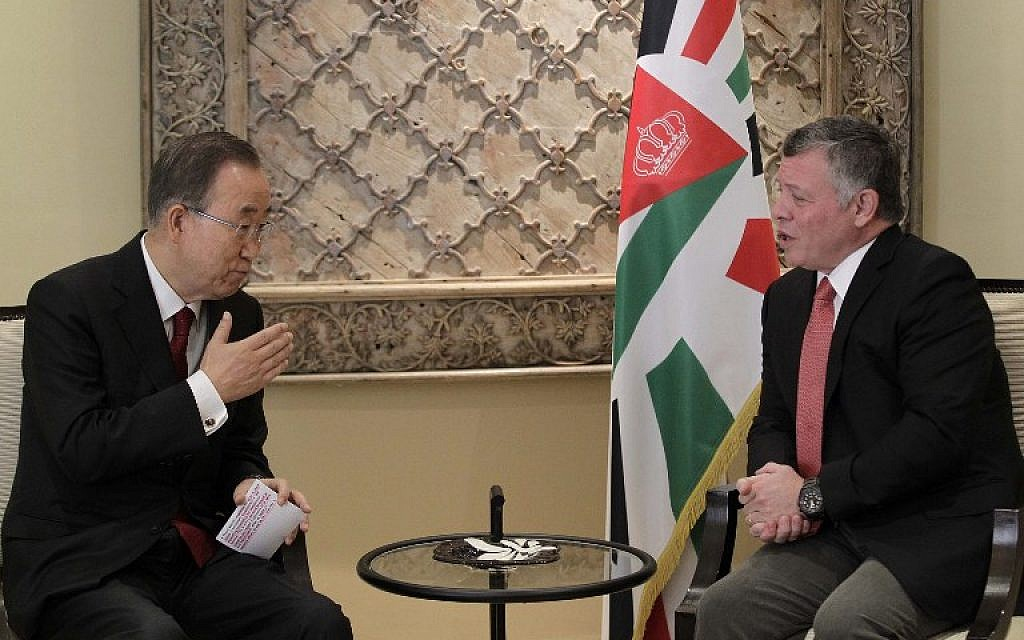Jordan's King Abdullah II, right, meets with UN Secretary General Ban Ki-moon at the Royal Palace in the Jordanian capital Amman on October 22, 2015. (AFP/ POOL/KHALIL MAZRAAWI)