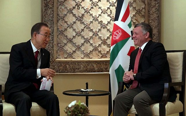 Jordan's King Abdullah II, right, meets with UN Secretary-General Ban Ki-moon at the Royal Palace in the Jordanian capital Amman on October 22, 2015. (AFP/POOL/KHALIL MAZRAAWI)