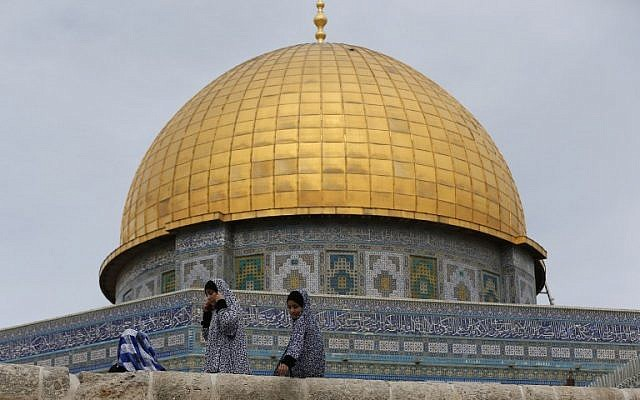 Palestinian girls sit in front of the Dome of the Rock in the Temple Mount compound on October 23, 2015. (AFP/Ahmad Gharabli)
