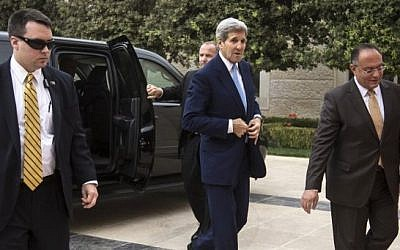US Secretary of State John Kerry (C) arrives for a meeting with Jordan's King Abdullah II at the Royal Palace in the Jordanian capital, Amman on October 24, 2015. (AFP PHOTO/POOL/CARLO ALLEGRI)