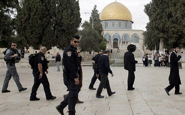 Ultra-Orthodox Jewish men join a group of religious Jews under Israeli police protection on a visit to the Temple Mount in Jerusalem's Old City on October 27, 2015. (AFP PHOTO/AHMAD GHARABLI)
