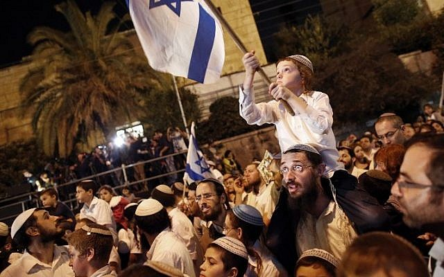 Israeli right-wingers listens to speeches during a rally outside the Prime Minister's Residence in Jerusalem on October 5, 2015. (AFP PHOTO/THOMAS COEX)