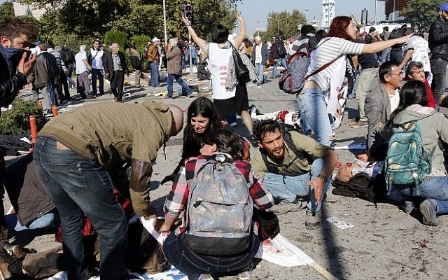 People help victims following bomb attacks at a rally in Turkey's capital Ankara, on October 10, 2015 (Fatih Pinar/AFP)