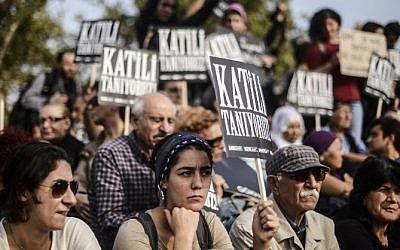 People mourn during a commemoration for the victims of the October 10 bombings on October 17, 2015 in Istanbul. The death toll from the double suicide bombing in Ankara stands at 102, prosecutors in the capital said on October 16. (AFP/ BULENT KILIC)