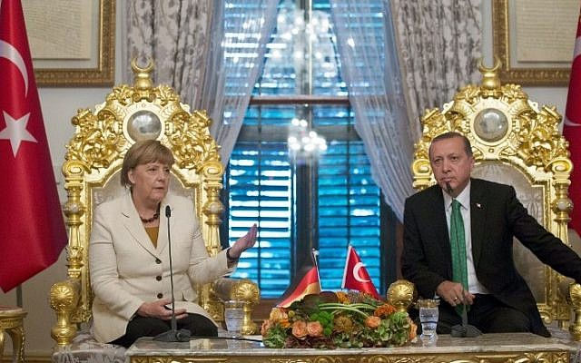 German Chancellor Angela Merkel (left) and Turkish President Recep Tayyip Erdogan during their meeting in Istanbul, Turkey, on October 18, 2015. (AFP/Tolgas Bozoglu/Pool)