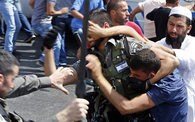 Israeli security forces clash with Palestinian protesters prevented from entering the Al-Aqsa Mosque on the Temple Mount for Friday prayers, on October 2, 2015. (AFP PHOTO/AHMAD GHARABLI)