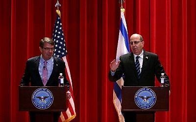 Ashton Carter, left, and Moshe Ya'alon, right, at the National Defense University in Washington, DC on October 27, 2015. ( Alex Wong/Getty Images/AFP)