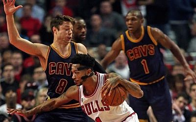 Derrick Rose of the Chicago Bulls drives against Matthew Dellavedova of the Cleveland Cavaliers during the season opening game at the United Center on October 27, 2015 in Chicago, Illinois.  (Jonathan Daniel/Getty Images/AFP)