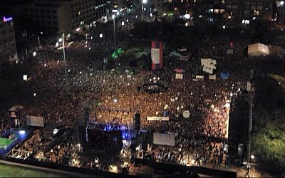 Tens of thousands attend a rally marking 20 years since the assassination of the late Israeli prime minister Yitzhak Rabin at Tel Aviv's Rabin Square on October 31, 2015. (Dror Israel/Hanor Haoved Vehalomed, courtesy)