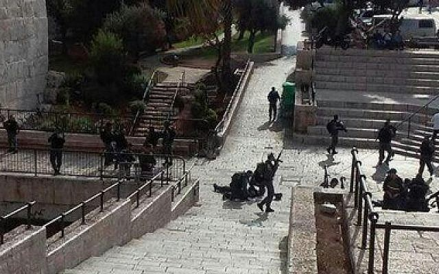 A screen capture from a stabbing attack in Jerusalem's Old City on Saturday, October 10, 2015 in which three police officers were injured, one of them seriously. The assailant was shot dead. (Screenshot/Channel 2)