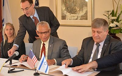 NASA Administrator Charles Bolden (L) and ISA Director Menachem Kidron sign the agreement at the 66th Annual International Astronautical Congress (IAC), October 13 2015 (Yair Zrika)