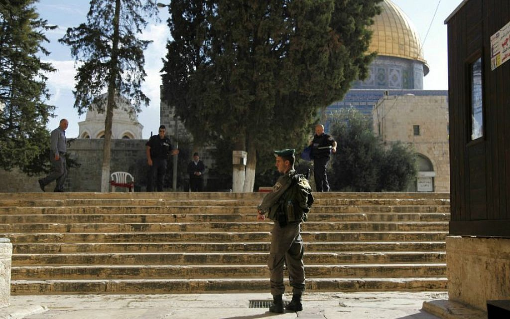 Israeli police stand guard at the entrance to the al-Aqsa compound on the Temple Mount in Jerusalem's Old City Thursday, Oct. 8, 2015. (AP Photo/Mahmoud Illean)