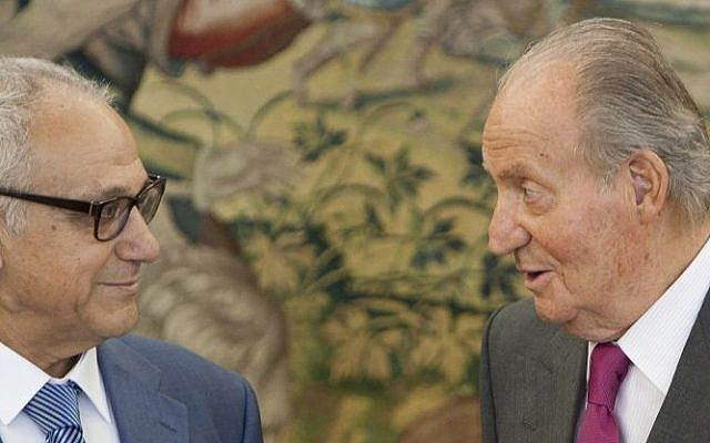 Spain's King Juan Carlos, right, speaks with Abraham Haim, chairperson of the governing Sephardic Community of Jerusalem,  before their meeting in the Zarzuela Palace in Madrid, Spain, Thursday, March 13, 2014. (AP Photo/Abraham Caro Marin)