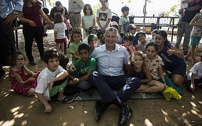 New York City mayor Bill de Blasio meets children from a mixed Israeli Jewish-Arab school in Beit Shemesh, October 17, 2015. (AP Photo/Tsafrir Abayov)