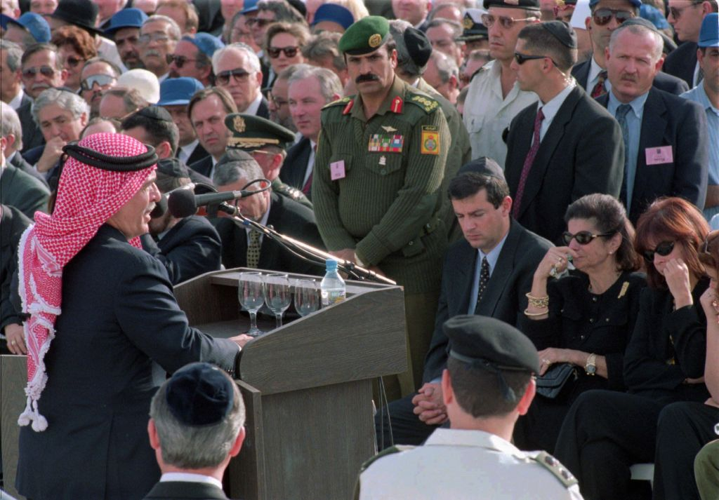 Jordan's King Hussein addresses mourners at the funeral of Yitzhak Rabin, in Jerusalem, Monday, November 6, 1995. At right are Yuval, Leah and Dalia Rabin. (AP Photo/Michel Lipchitz)