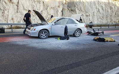 Police at the scene of an attempted suicide bombing near Ma'ale Adumim, just east of Jerusalem, on Sunday morning, October 11, 2015 (Israel Police)