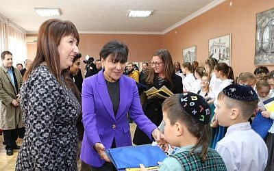 US Secretary of Commerce Penny Pritzker visits a Jewish school in the Ukrainian town of Belaya Tserkov on October 27, 2015. (US Embassy Kiev, Twitter)