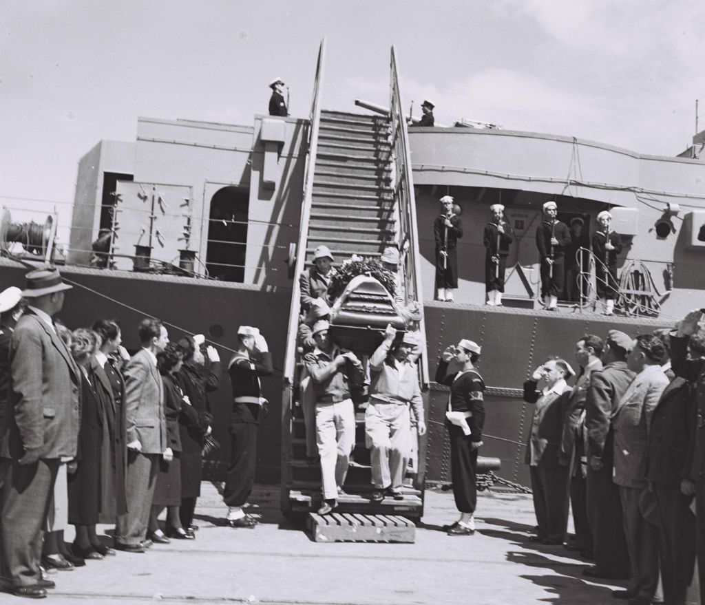 Lowering Hannah Senesh's coffin from the ship which carried her remains back to Israel (Courtesy Doron Bar)