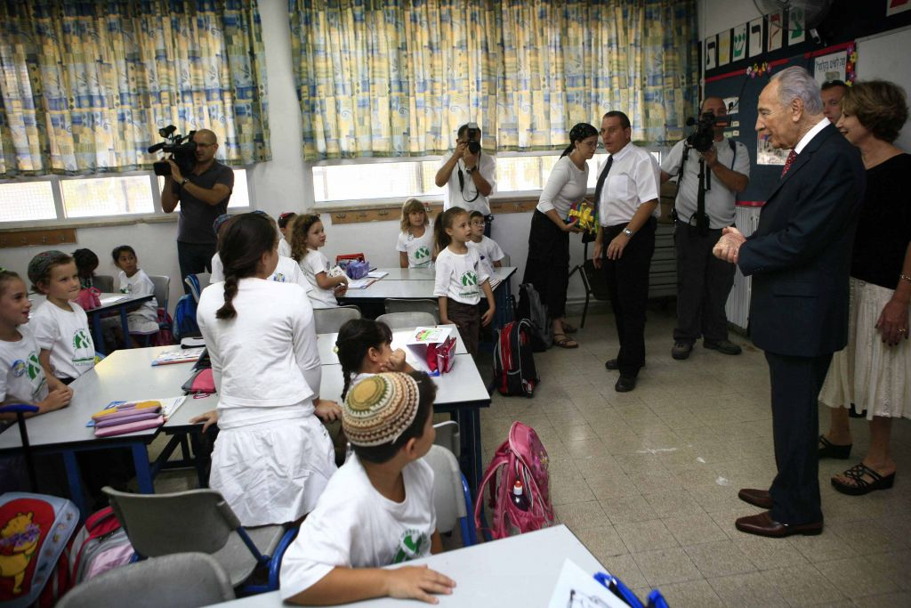 A visit from then President Shimon Peres at the Efrata School (Michal Fattal/Flash 90)