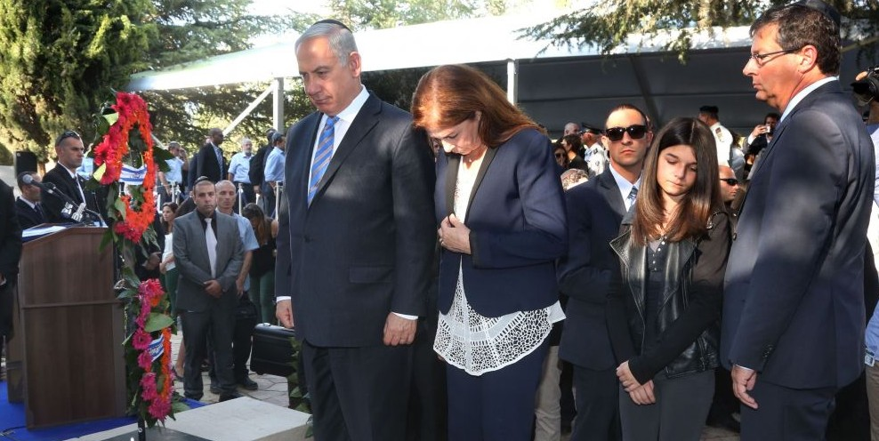Prime Minister Benjamin Netanyahu, seen with Dalia Rabin and Yuval Rabin, the children of late prime minister Yitzhak Rabin, at a memorial service at Mount Herzl cemetery in Jerusalem, marking the 18th anniversary of Rabin's assassination. October 16, 2013. (Photo by Marc Israel Selleml/POOL/Flash90)
