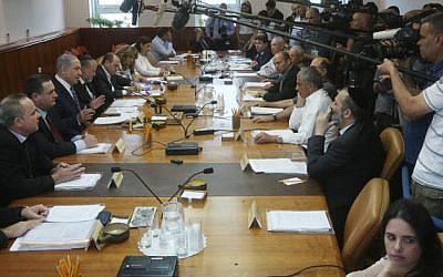 File: A weekly cabinet meeting at Prime Minister Benjamin Netanyahu's office in Jerusalem, May 26, 2015. (Marc Israel Sellem/Pool/Flash90)