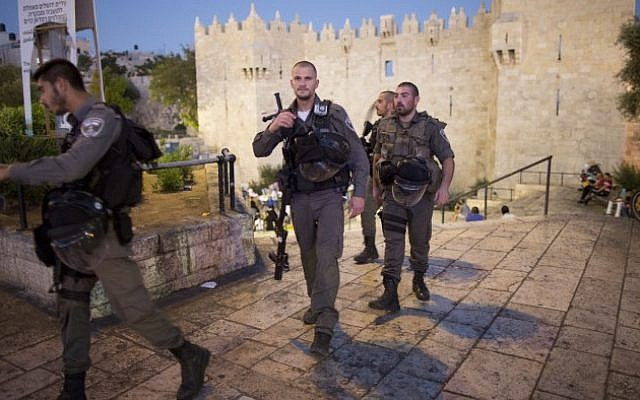 Illustrative image of Border Police officers on patrol at Damascus Gate outside the Old City of Jerusalem (Yonatan Sindel/Flash90)
