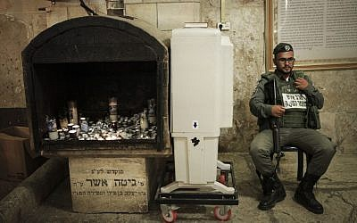 An Israeli soldier guards at the Tomb of the Patriarchs in Hebron on September 13, 2015. (Flash90)