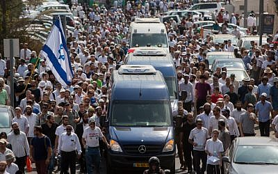 Thousands attend the funeral of Israeli couple, Naama and Eitam Henkin in Jerusalem on Friday, October 2, 2015. (Yonatan Sindel/Flash90)