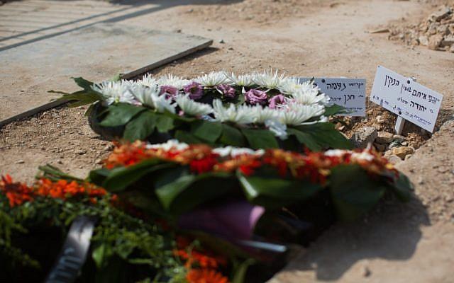 The fresh grave of of Israeli couple Naama and Eitam Henkin. October 2, 2015 (Yonatan Sindel/Flash90)