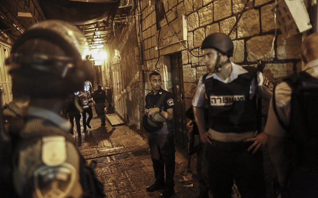 Israeli police near the scene of a stabbing attack in the Old City of Jerusalem on October 3, 2015 (Yonatan Sindel/Flash90)