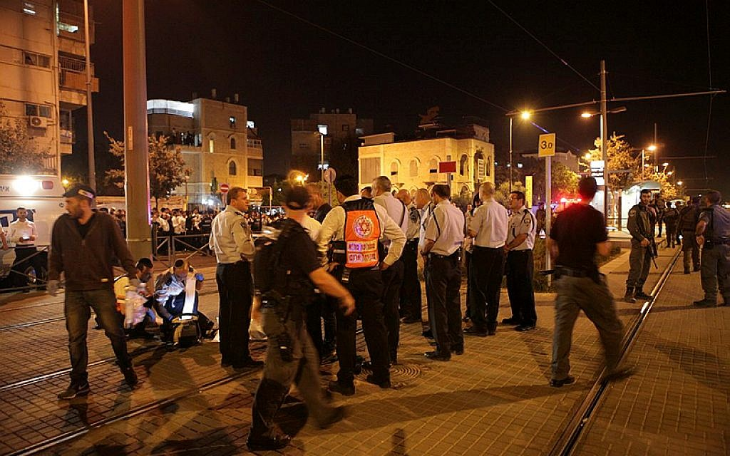 Israel Police officers at the scene where a Palestinian terrorist stabbed an 15-year-old man outside Jerusalem's Old City early Sunday morning, October 4, 2015. (Flash90)