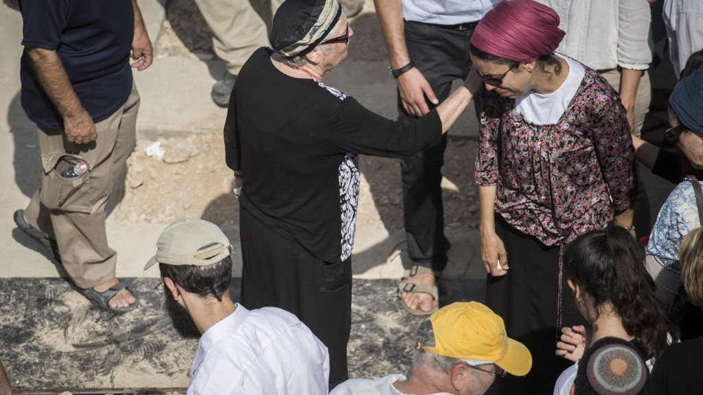 THe wife of Nehamia Lavi is seen at his funeral at Har HaMenuhot Cemetery in Jerusalem on October 4, 2015. Lavi was killed as he tried to help Jews stabbed in a terror attack by a Palestinian in the Old City. (Hadas Parush/Flash90)