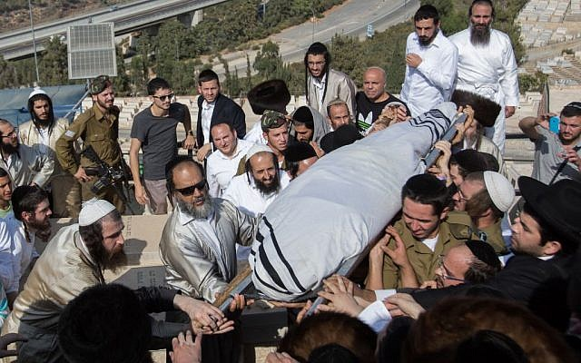 Friends and family carry the body of Aharon Banita during his funeral at Har HaMenuhot Cemetery in Jerusalem on October 4, 2015. Banita was stabbed to death by a Palestinian youth in a terror attack in the Old City, October 3. (Photo by Yonatan Sindel/Flash90)
