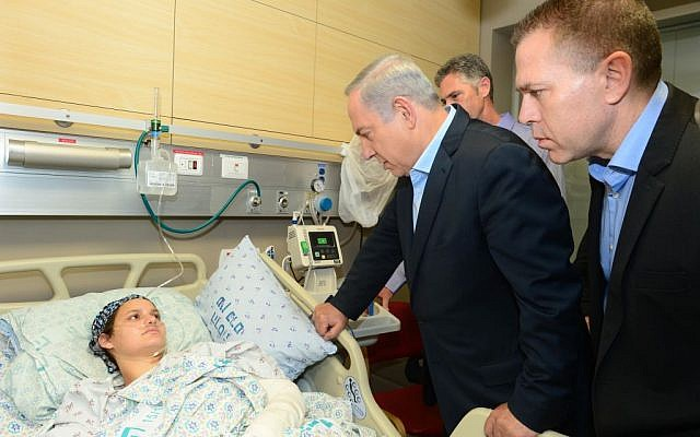 Prime Minister Benjamin Netanyahu and Minister of Public Security Gilad Erdan visit Adele Banita, whose husband Aharon was stabbed to death in a terror attack in Jerusalem's Old City on October 3, 2015, at Hadassah EIn Kerem hospital in Jerusalem on October 5, 2015. (Photo by Kobi Gideon/GPO)