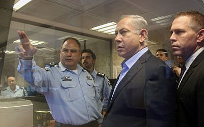 Prime Minister Benjamin Netanyahu (center), Public Security Minister Gilad Erdan (right) and interim police chief Benzi Sau at police headquarters in Jerusalem, October 7, 2015. (Marc Israel Sellem/Pool)