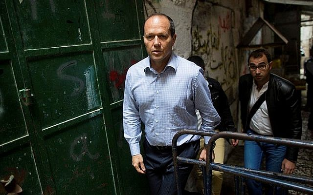Jerusalem Mayor Nir Barkat seen at the Muslim Quarter in Jerusalem's Old City, following a terror attack where a Palestinian woman stabbed an Israeli man near the Lions' Gate on October 07, 2015. (Yonatan Sindel/Flash90)