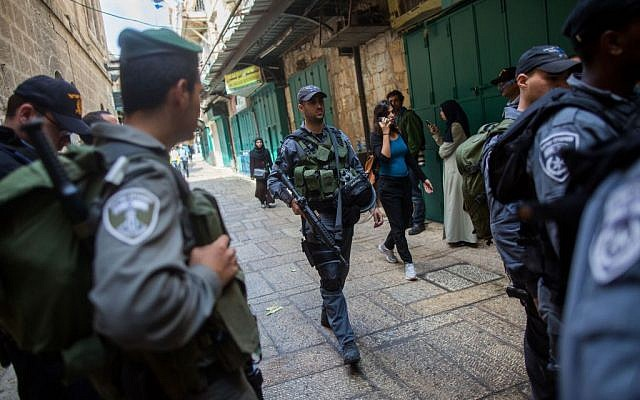 Illustrative: Israeli security forces seen patrolling near the Lions' Gate of Jerusalem's Old City on October 7, 2015. (Yonatan Sindel/Flash90)
