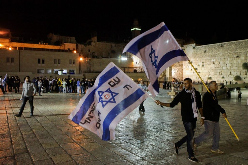 Members of the far-rightLehava group wave Israeli flags at the Western Wall in Jerusalem Old City on Thursday, October 8, 2015 (Flash90)
