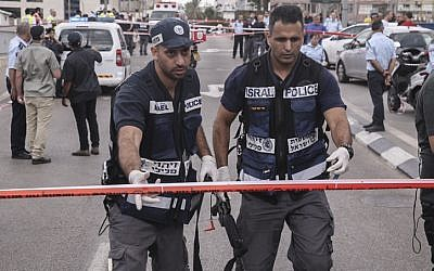 Police at the scene of a stabbing attack outside the defense headquarters in central Tel Aviv, on October 8, 2015. (Flash90)