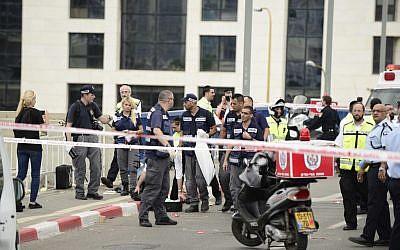 The scene of a terror attack in Tel Aviv on October 8, 2015. (Tomer Neuberg/Flash90)