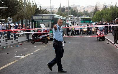 Police at the scene of a stabbing attack in Jerusalem on October 8, 2015. (Yonatan Sindel/Flash90)