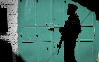 A Border Policeman on the Via Dolorosa Street in the Muslim Quarter of Jerusalem's Old City on October 8, 2015 (Yossi Zamir/Flash90)