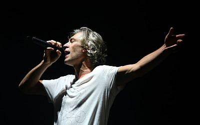 American reggae rapper Matisyahu performs at the Sultan's Pool in Jerusalem on October 10, 2015. (Flash90)